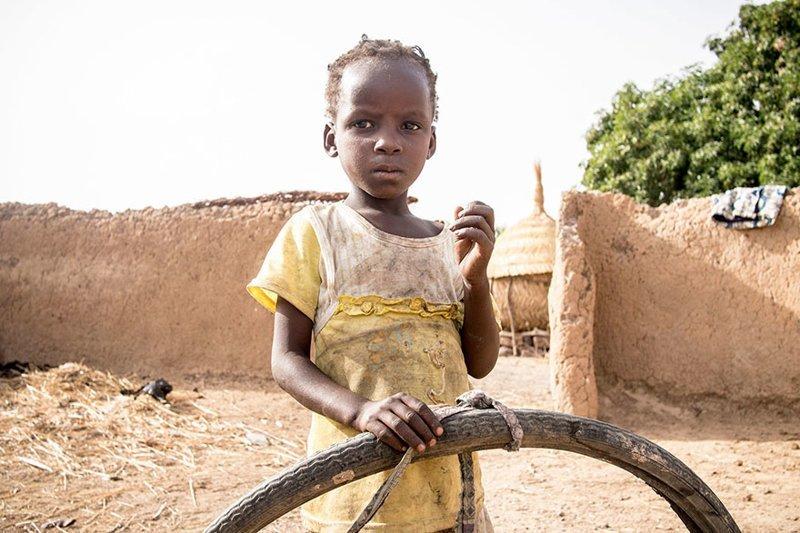 У этой девочки из Буркина-Фасо, чья семья в месяц тратит $29, любимой игрушкой является старая покрышка в мире, дети, игрушка, люди, страны
