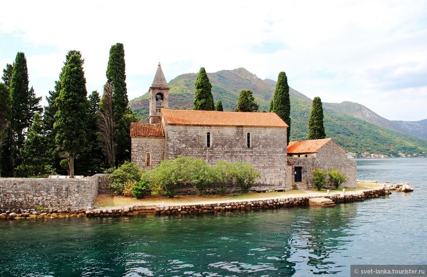 Здесь находится аббатство еще с 12 века.