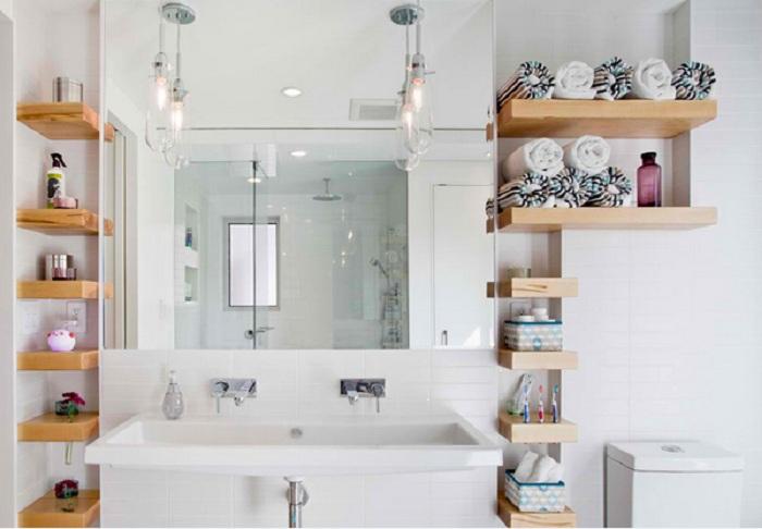 Очень практично и оригинально смотрятся открытые полки в ванной комнате.