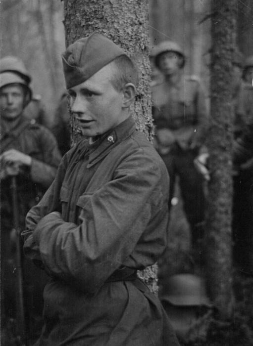 Захваченный финнами пленный красноармеец перед допросом.