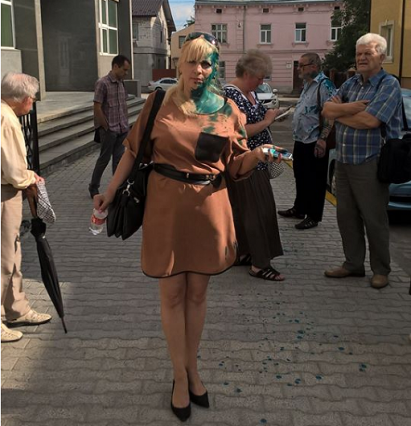 Во Львове радикалы облили зелёнкой защитницу монумента Славы