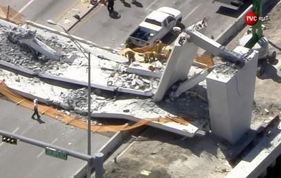 При обрушении моста в США погибли 4 человека
