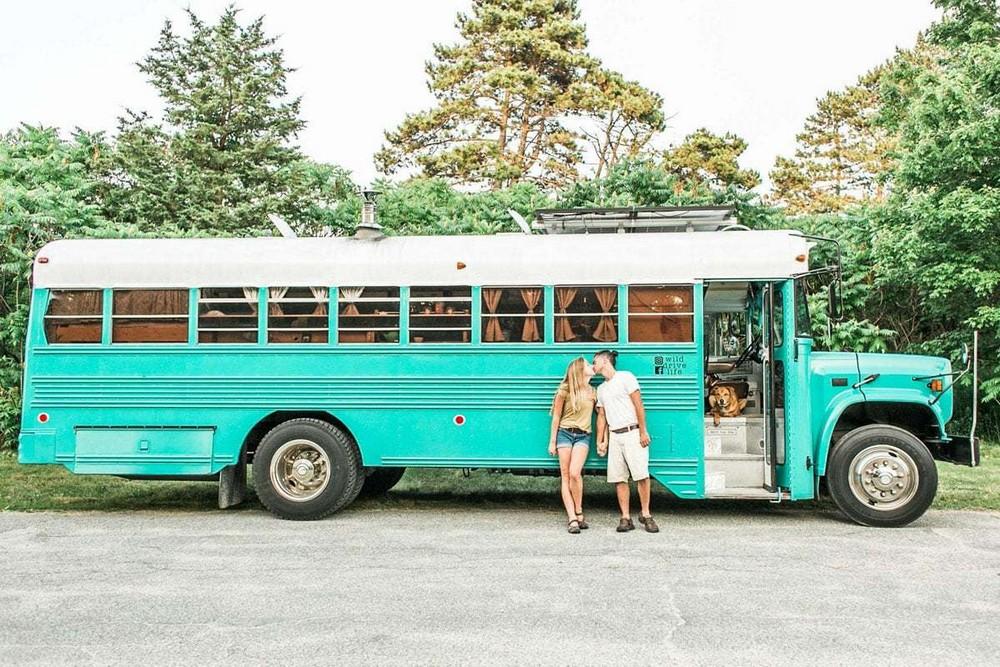 Молодая семья превратила старый тюремный автобус в дом на колесах