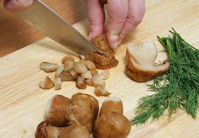 шаг 2, нарезаем грибы