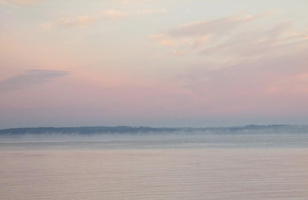 Над рекой туман клубится