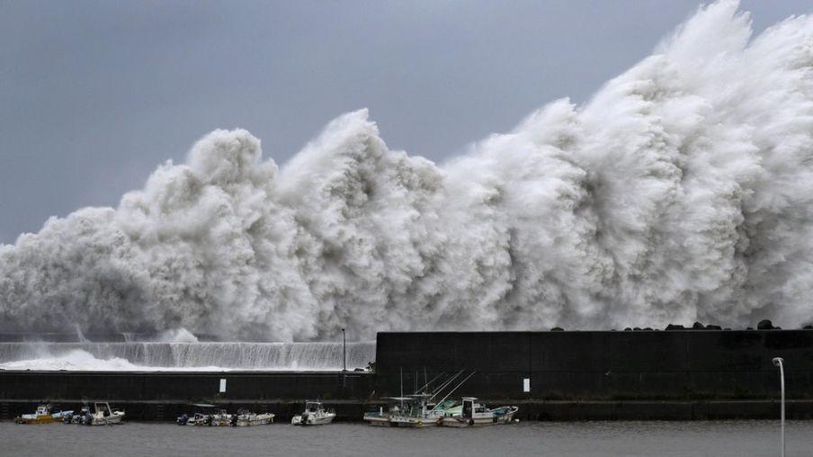 На Японию обрушились тайфун «Джеби» и землетрясение