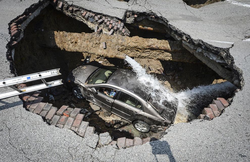 Последняя в сегодняшней статье дыра образовалась в штате Огайо совсем недавно, 3 июля 2013. Из-за поврежденного водопровода под землю ушла часть дороги