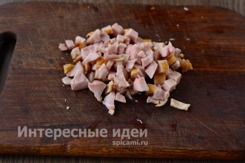 копченую курицу нарезать