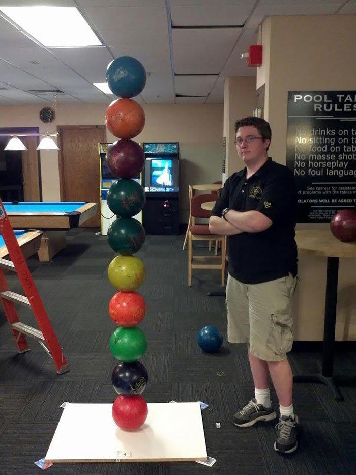 """""""Гляньте, как я сложил шары для боулинга!"""" всемирное тяготение, забавно, закон гравитации, истории в картинках, неожиданно, против законов физики, удивительно, удивительное рядом"""