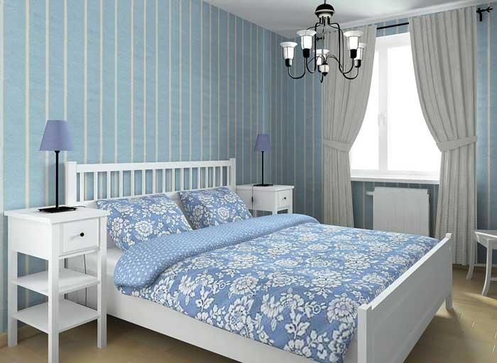 Комната в холодных серо-голубых тонах со шторами, которые дополняют интерьер.