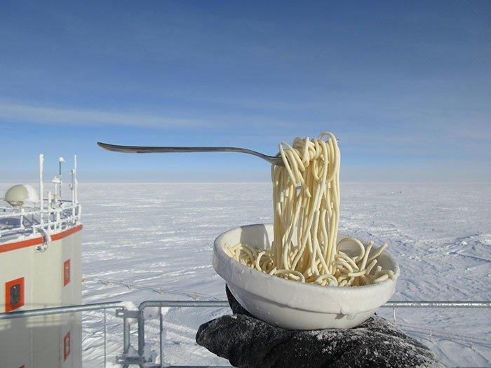 """Кто-то вынес макароны с вилкой на улицу на исследовательской станции """"Конкордия"""" в Антарктиде при температуре  минус 60 всемирное тяготение, забавно, закон гравитации, истории в картинках, неожиданно, против законов физики, удивительно, удивительное рядом"""