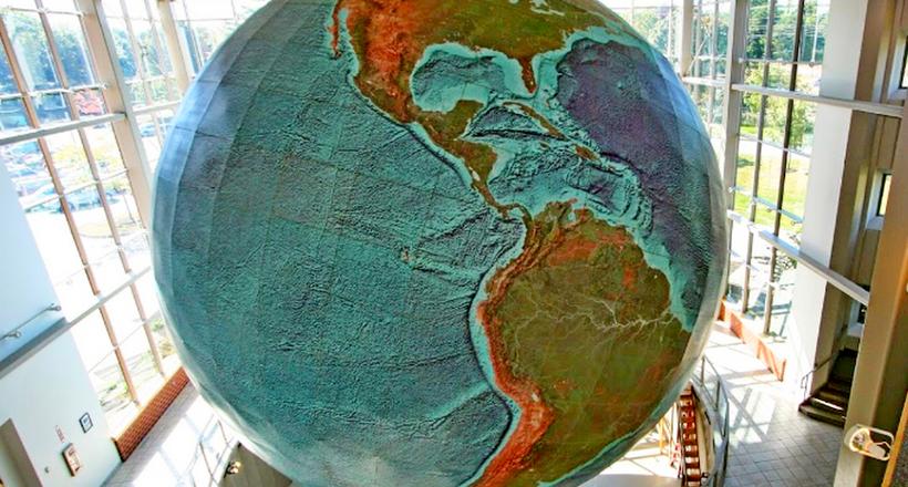 Где находится самый большой в мире глобус диаметром 12,5 метров глобус