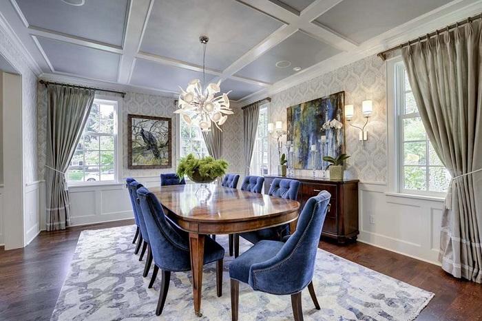 Столовая оформлена в серо-синих оттенках с прекрасными шторами, которые дополняют интерьер.