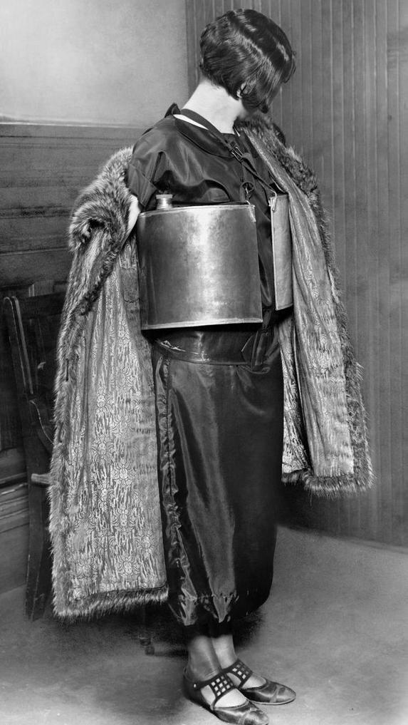 Женщина сфотографированная полицией после ареста за незаконную продажу алкоголя. 1924 год
