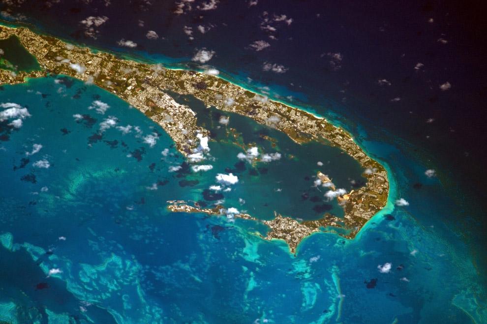 Бермудские О-ва, расположенные в с-з части Атлантического океана