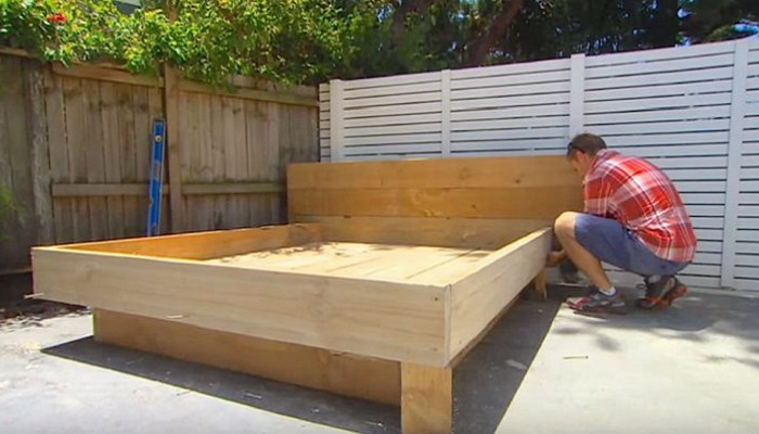Отличное место для отдыха — мужчина смастерил кровать во дворе, но на нее положил не матрас, а нечто особое