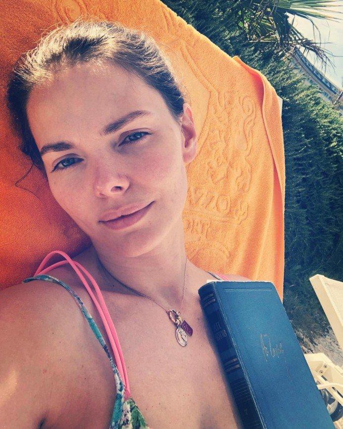 Елизавета Боярская показала селфи без макияжа