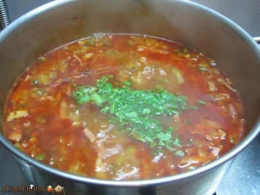 Приготовление солянки минут, бульон, огонь, добавляем, пасты, столовую, немного, после, варится, варим, перец, каперсов, ложку, маринованных, огурцы, солёных, примерно, ассорти, небольшом, огурцов