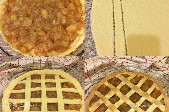 Большую часть теста раскатать и распределить по форме D=26, сверху выложить начинку и разровнять. Затем раскатать остальное тесто, вырезать полоски и украсить верх пирога. Выпекать пирог 30–35 минут. Готовый пирог слегка остудить и посыпать сахарной пудрой.