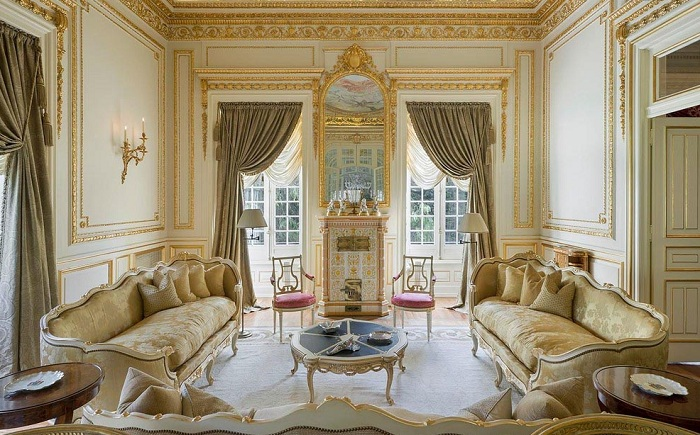 Оформление гостиной в оливковых тонах с дорогими элементами декора и темно-оливковыми шторами.