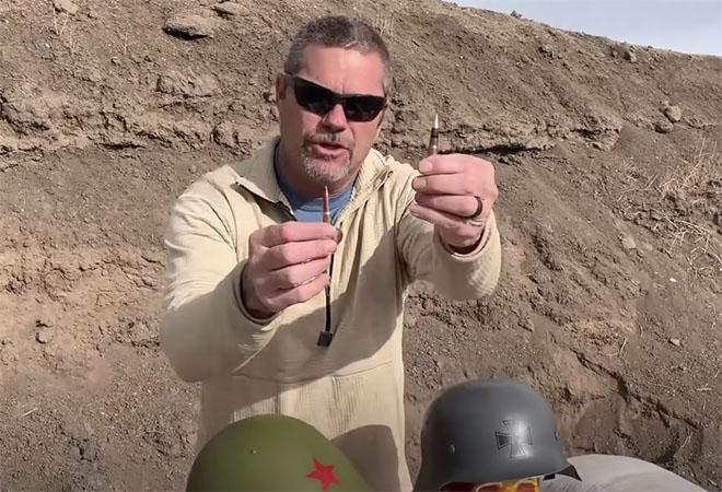 Советская против немецкой: стрелок проверяет на полигоне солдатские каски Второй мировой Культура