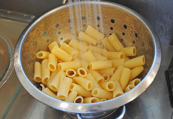 Пересоленные макароны можно промыть проточной водой.