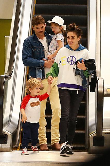 Мила Кунис и Эштон Катчер с детьми в торговом центре в Лос-Анджелесе Звездные дети