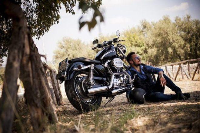 Мужчина с мотоциклом