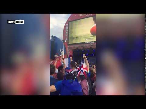 Французские болельщики празднуют победу своей команды на ЧМ-2018