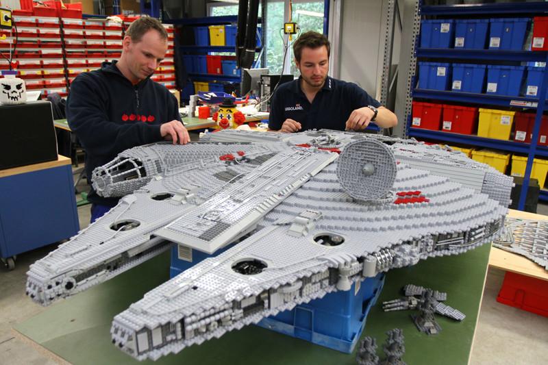 Ну и, конечно, кто же в детстве не любил собирать конструкторы? большие игрушки, большие мальчики, прикол, юмор