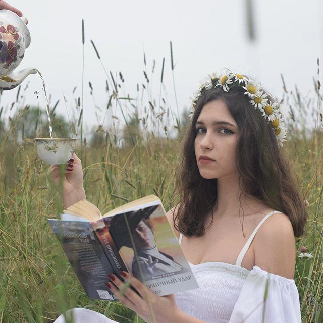 Елизавета Хорошилова, поделилась кадрами из атмосферной съемки, сделанной на природе.