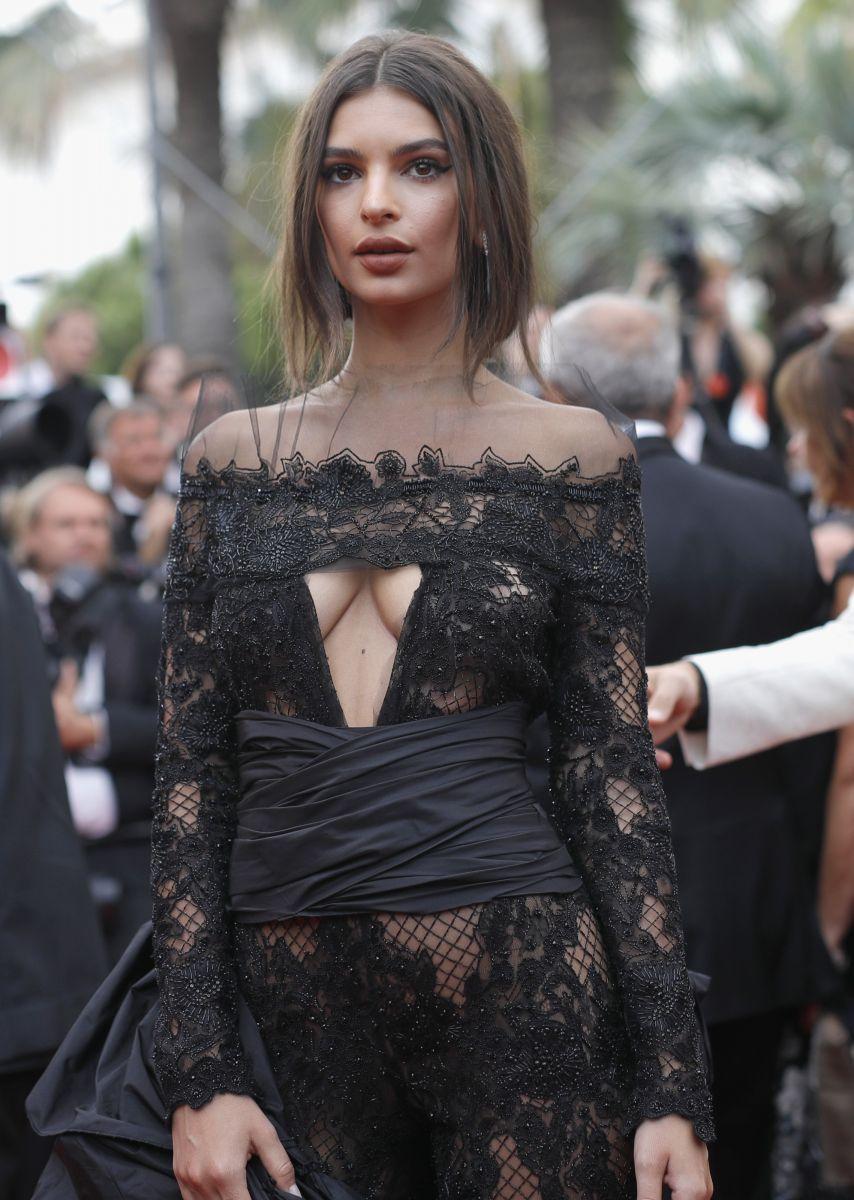 Марш голая грудь или прозрачное платье фото