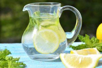 Пейте лимонную воду вместо таблеток, если у вас есть одна из этих 13 проблем