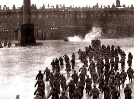 Штурм Зимнего дворца. Кадр из художественного фильма «Октябрь»,1927 год