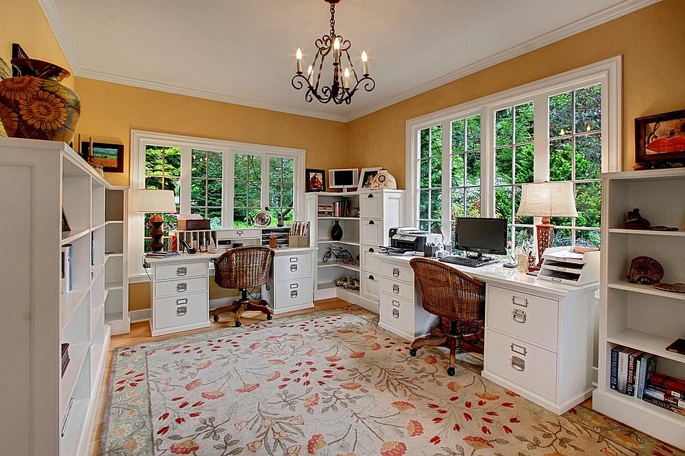 Угловые стеллажи и шкафы белого цвета в домашнем мини-офисе