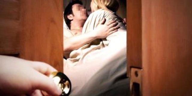 Застукал жену в постели, смотреть видео самые отвратительные моменты в порно