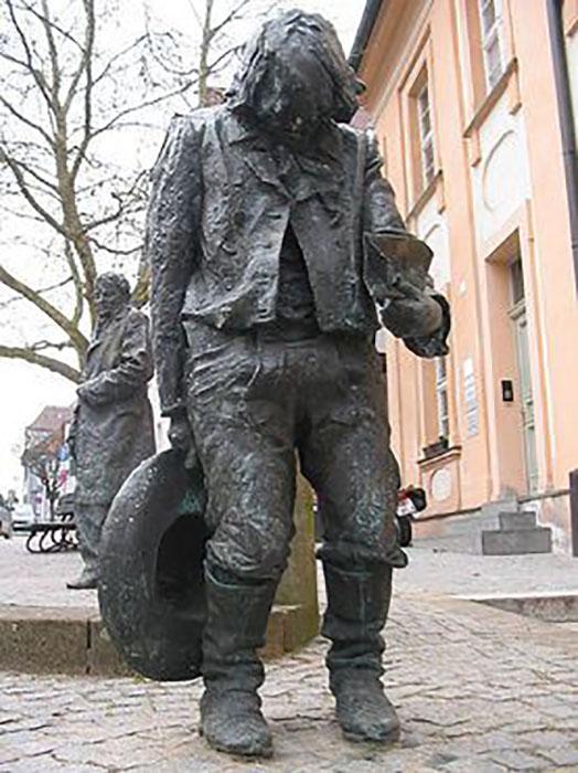 Памятник Каспару Хаузеру в старом центре города Ансбаха, Германия.