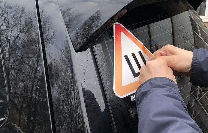 Простой и быстрый способ удалить следы наклейки на автомобильном стекле
