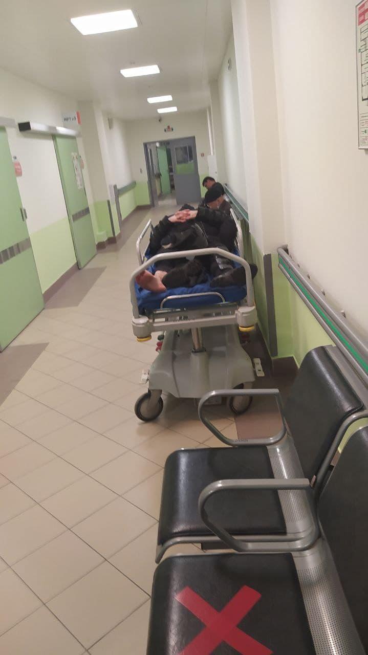 Пострадавшего росгвардейца привезли в Мариинскую больницу после несогласованных акций в Петербурге