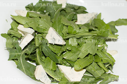 Сыр нарезать треугольниками и выложить на траву.