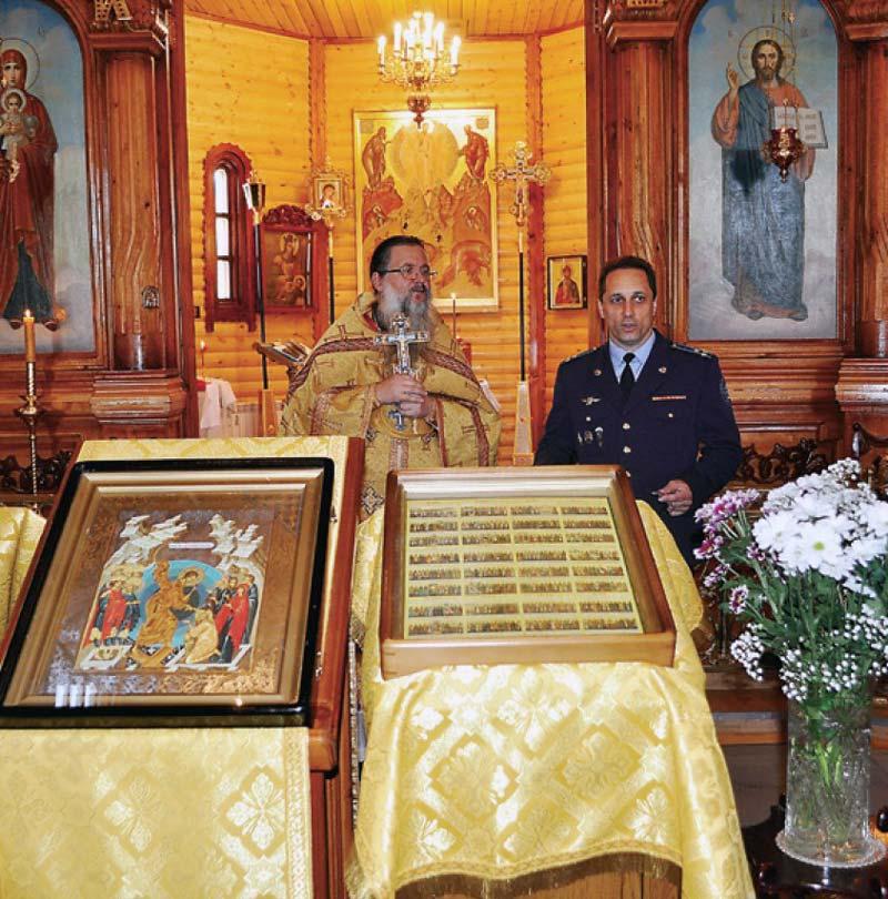 В храме на фоне алтаря. Рядом с отцом Иовом – летчик-космонавт Антон Шкаплеров