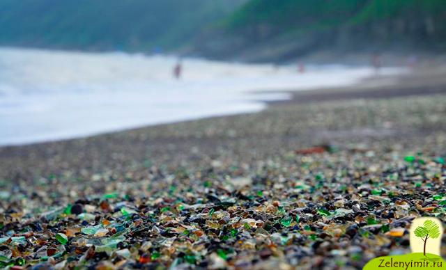 Стеклянный пляж в парке МакКерричер в Калифорнии — мусор создает красоту
