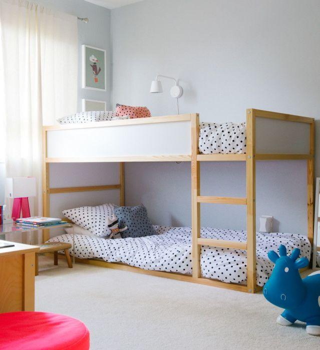Современный дизайн спальной комнаты для двоих детей с серыми стенами, светлым полом и классической двуспальной кроватью.