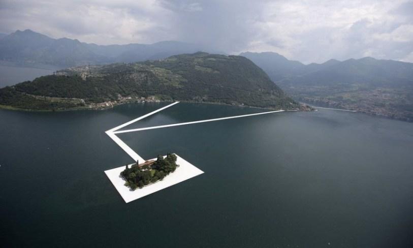 Современные плавучие причалы на итальянском озере.