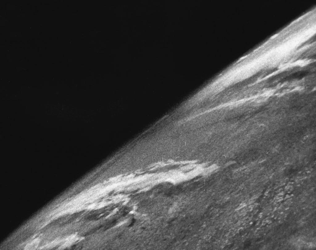 Первое фото Земли из космоса, октябрь 1946 года. Сделано с борта трофейной ракеты «Фау-2», конструкция фон Брауна / © Wikimedia Commons