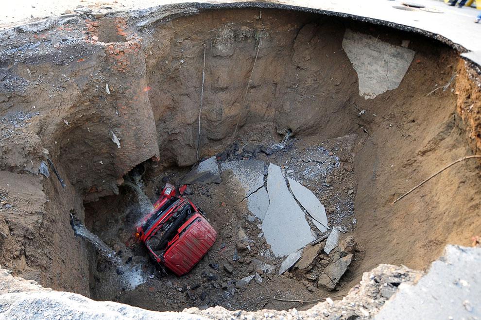 Ночью 26 апреля 2011 в Пекине на шоссе образовался провал. Водитель и пассажир успели выскочить из машины