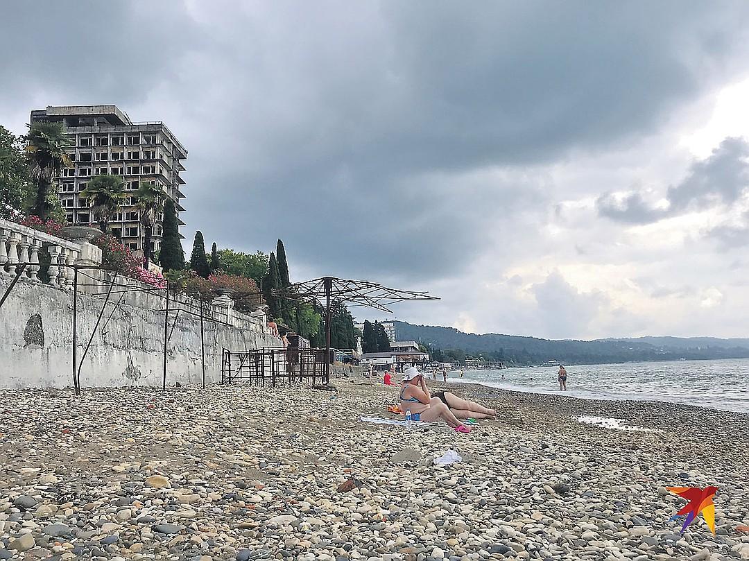 Вы на этих полуразрушенных пляжах Сухума толпы туристов видите? И мы не видим. А они где-то есть. Говорят, за год в Абхазию приезжает 1 миллион курортников из России! Фото: Дина КАРПИЦКАЯ