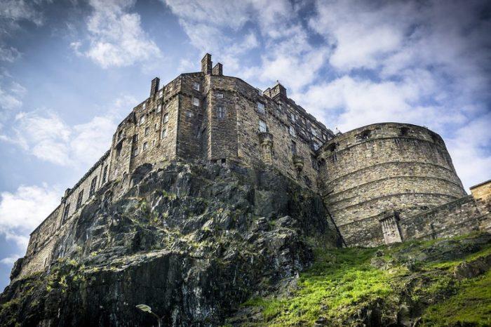Замок на вулкане. /Фото:topvoyager.com
