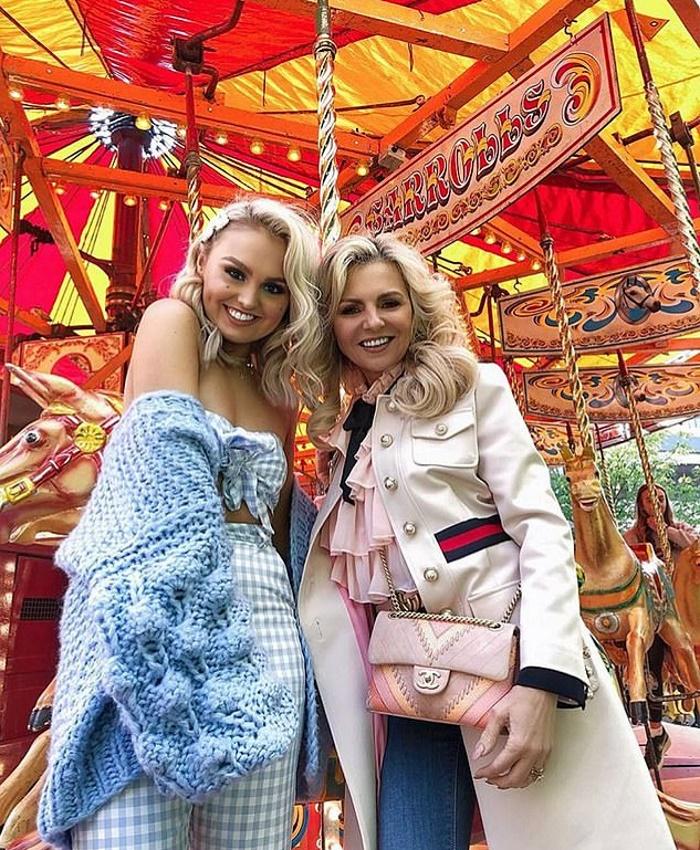 57-летняя мать пошла по стопам 20-летней дочери и стала популярной моделью