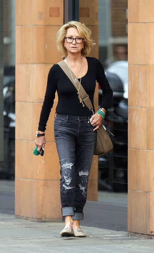 Модница 50 лет в рваных джинсах